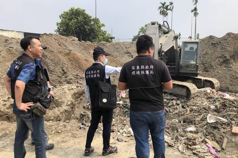 屏東縣環保局在萬巒鄉查獲不肖業者非法掩埋廢棄物。(屏東縣環保局提供)
