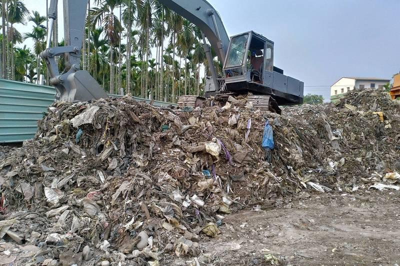 屏東萬巒鄉不肖業者非法掩埋廢棄物,被稽查人員破獲。(屏東縣環保局提供)