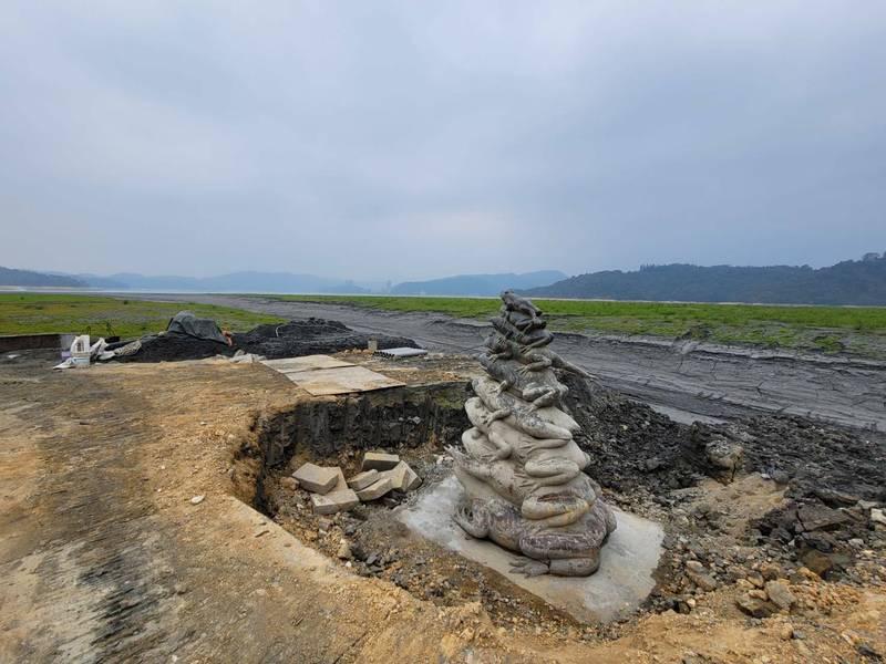 日月潭水位持續下探,九蛙疊像不僅全都露,甚至因清淤「出土」,被戲稱是「九蛙飛天」。(記者劉濱銓翻攝)