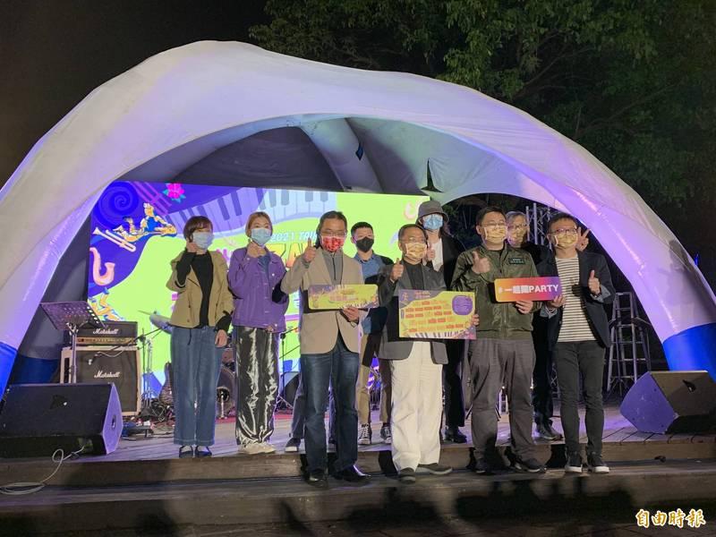 台北市副市長蔡炳坤(前排左二、北市觀光傳播局長劉奕霆(前排左三)等人出席「2021台北杜鵑花音樂節」Live House巡演,揭開音樂節巡演活動序幕。(台北市觀光傳播局提供)