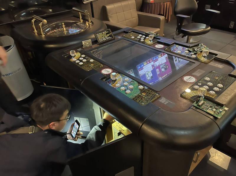 淡水最大電子遊藝場「八號俱樂部」在店內私營賭博機台,由俗稱「老鼠」的員工假扮賭客幫會員兌現,還列印《警察職權行使法》給員工躲避查緝。(記者闕敬倫翻攝)