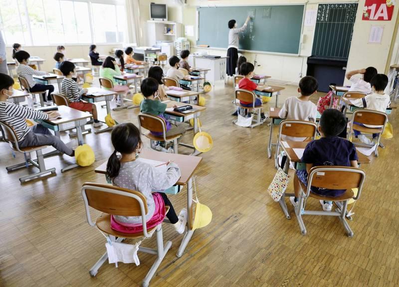 一名老師發文指出,他遇到一位家長要求自己要用全英語來教數學,還揚言「沒用全英文就要告」,讓他既無奈又傻眼。示意圖。(路透)