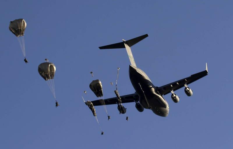 考夫曼說,C-17全球霸王運送M1戰車前往正確的位置,也能成為美中戰役決定性的關鍵因素。(歐新社檔案照)