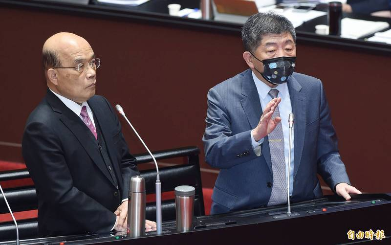 行政院長蘇貞昌(左)12日赴立法院施政報告及備詢,與衛福部長陳時中(右)同台答詢。(記者廖振輝攝)