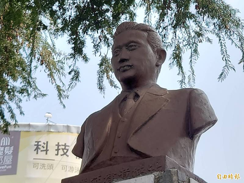 湯德章紀念雕像。(記者洪瑞琴攝)