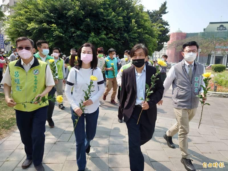 今天湯德章紀念追思會,立委郭國文(右)及多位民代出席参加,繞行公園一圈。(記者洪瑞琴攝)