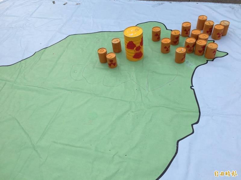 全國廢核行動平台今天在自由廣場舉辦「福島10年,告別核電」音樂會市集,展示台灣地圖與核廢料。(記者楊綿傑攝)