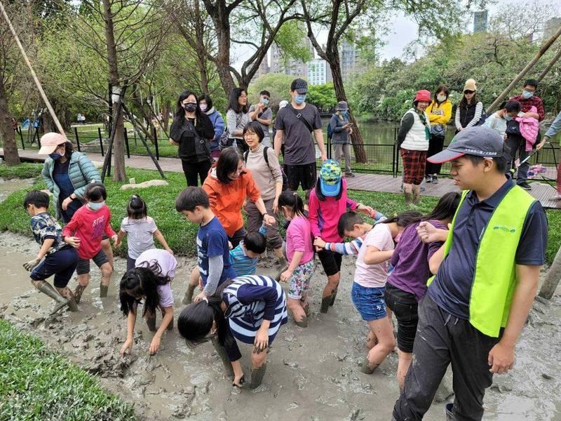 大安森林公園之友基金會舉辦「落羽松步道」水域踩泥活動,吸引上百位民眾、孩童參加。(大安森林公園之友基金會提供)