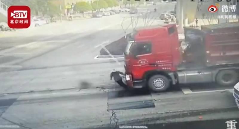 中國重慶市九龍區11日發生驚悚車禍;圖為撞倒老人的12輪大卡車。(翻攝時間視頻)
