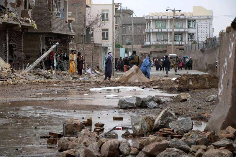 阿富汗赫拉特地區一輛裝滿炸藥的貨車在警局旁引爆,建築物、道路嚴重毀損,至少7人死亡。(歐新社)