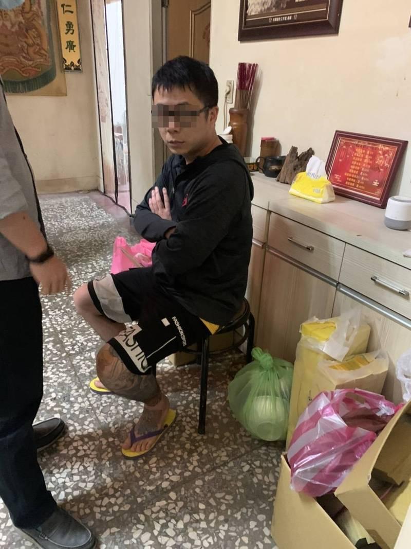 警方在三重逮捕隱匿多時的劉志強。(記者徐聖倫翻攝)