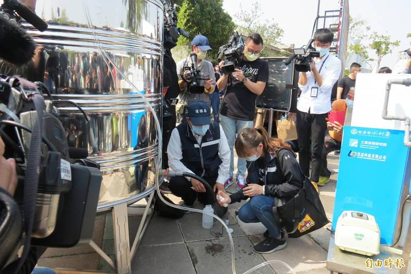 中市抗旱演習,水利署提供淨水設備可處理15噸水,市長盧秀燕當場向水利署要移動型淨水設備(記者蘇金鳳攝)