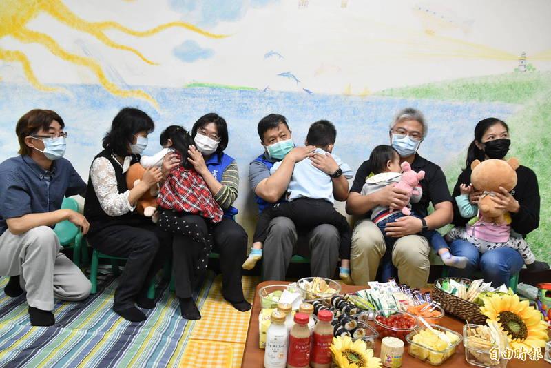 雲林家扶中心邀請寄養家庭爸媽一起分享照顧心得。(記者黃淑莉攝)