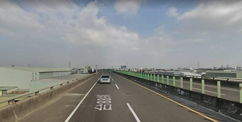 賴男開車行經台88快速道路大寮路段,被後方駕駛檢舉3次變換車道未依規定使用方向燈。示意照,與本新聞事件無關。(取自Google地圖)