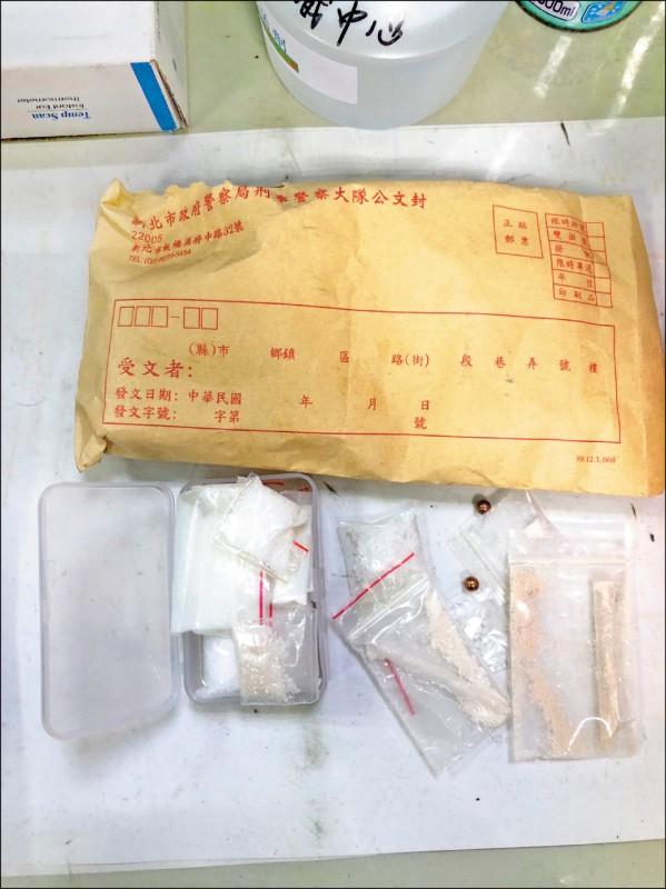 新北市刑大駐地天花板內,上週搜出10年前的槍枝、毒品證物。(記者徐聖倫翻攝)