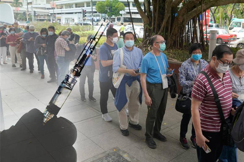 香港有7人接種疫苗後死亡,都患有心血管疾病。圖為排隊施打科興疫苗的香港群眾,非新聞事件當事人。(路透、美聯社資料照;本報合成)
