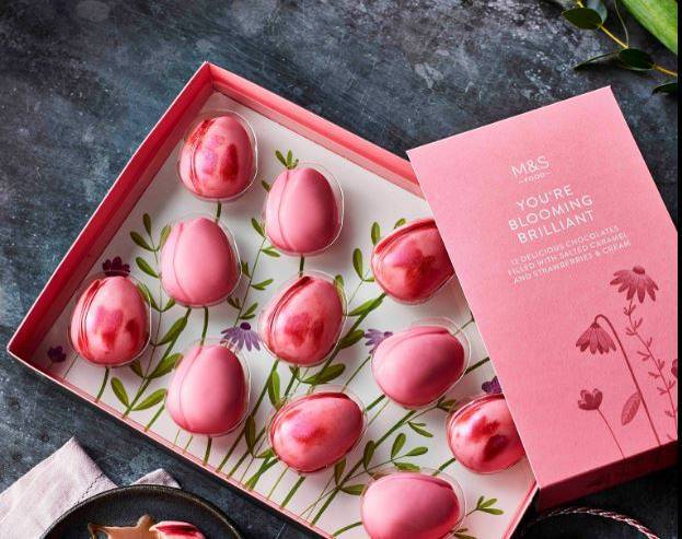 馬莎百貨近期推出這款「粉色鬱金香」母親節巧克力,外形卻激似男生「小頭」,引起熱譯。(圖擷取自「Marks and Spencer」臉書)