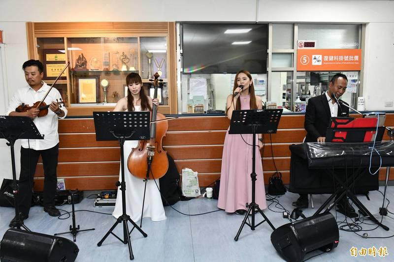 居民與歌手麗小花(右二)愛的串聯,只為支持恆基新醫療大樓。(記者蔡宗憲攝)