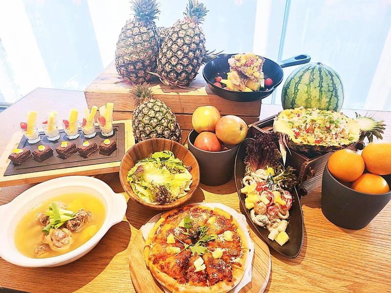 餐廳推出多款自助吧鳳梨美食佳餚供民眾無限量取用。(圖/英迪格酒店提供)