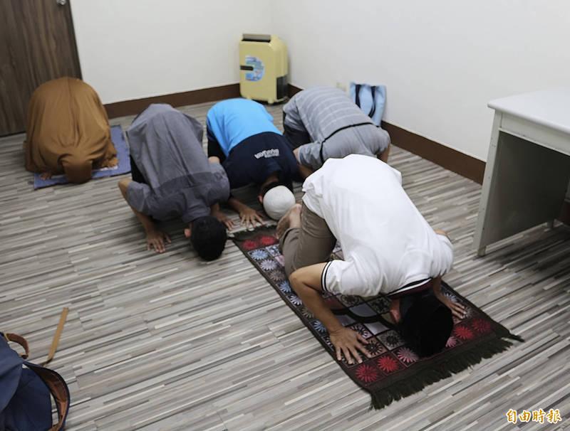 穆斯林學生於祈禱室朝拜。(記者黃旭磊攝)