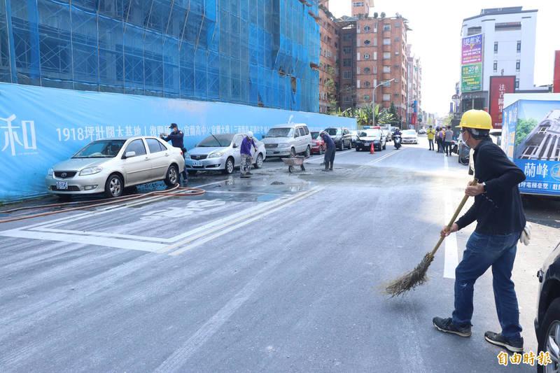 宜蘭市某建案在頂樓灌漿時,不慎發生爆漿,混凝土散落到路邊。(記者林敬倫攝)