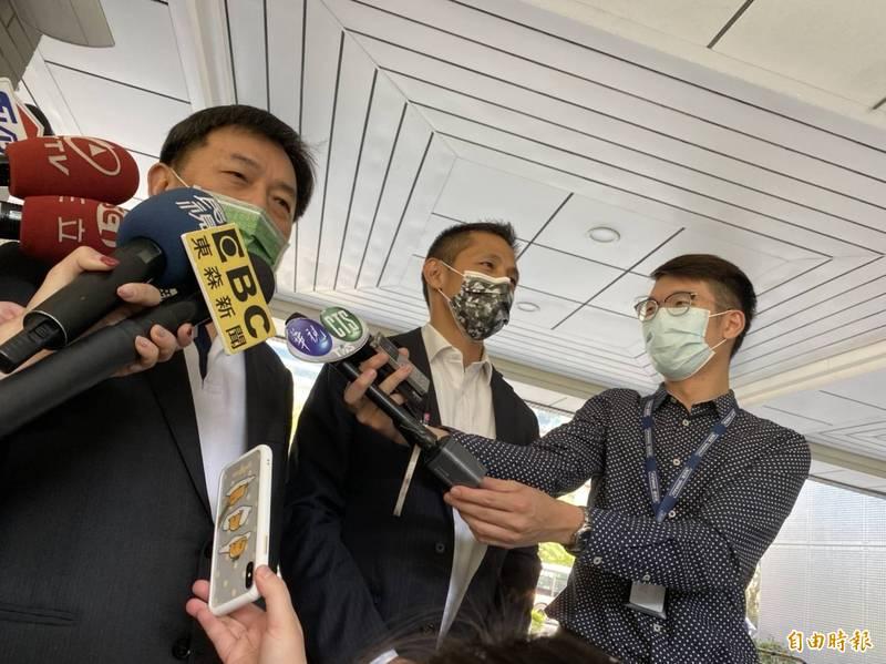 民進黨秘書長林錫耀(左)、台北市黨部主委吳怡農(右)接受媒體訪問。(記者楊心慧攝)
