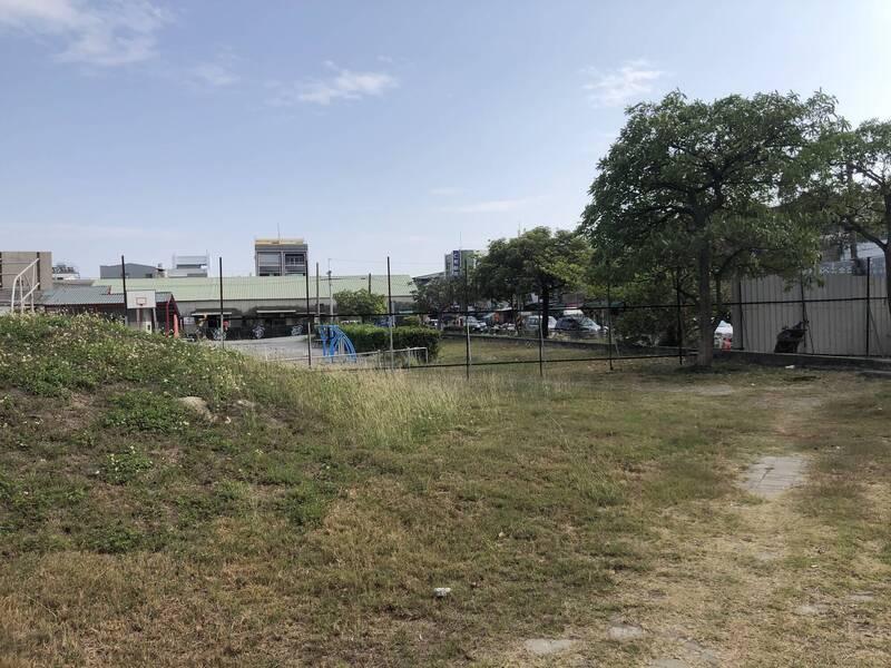 南市南區灣裡人工濕地基地現況,一片荒蕪。(南市工務局提供)