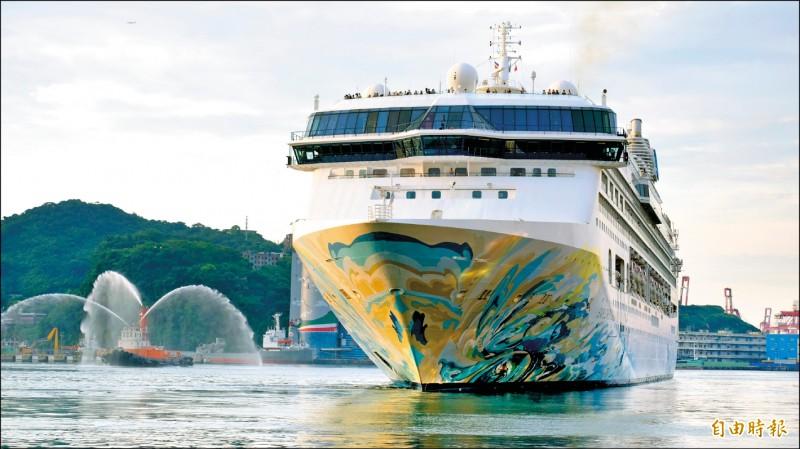 去年掀起郵輪跳島遊風潮的探索夢號,昨日在天公作美情況下,完成「登陸」澎湖首航任務。(記者林欣漢攝)