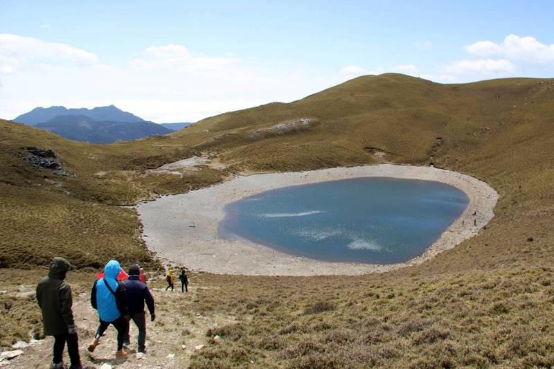 嘉明湖有超過1年的時間都沒達滿水位,目前水位只剩一半,倘若再不下雨,山屋的用水恐怕撐不了1個月。(中央社,高山協作邱冠中提供)