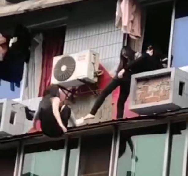 雙方爭執的途中,女子竟失足墜樓身亡,由於窗外男子在墜樓瞬間的抬腳動作,讓中國網友對女子死因眾說紛紜。(圖翻攝自微博)