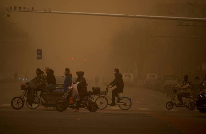 中國北方近日被沙塵暴籠罩。(法新社)