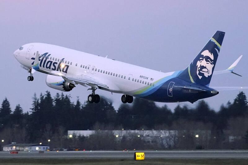 美國科羅拉多州1名24歲男子格瑞爾(Landon Grier),9日搭乘阿拉斯加航空,從西雅圖飛往丹佛時,據報他不只拒絕戴口罩,還在艙內小便搗亂。示意圖。(美聯社)