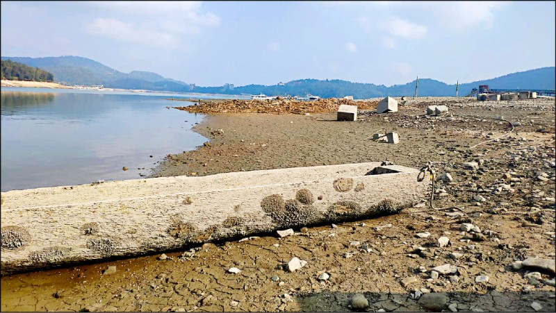 日月潭水位續降,連過去邵族沉沒的大型獨木舟也露出水面。(記者劉濱銓翻攝)