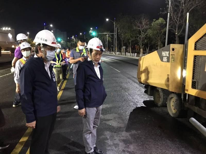高雄市副市長林欽榮(右)深夜視察龍德新路拓寬進度。(記者葛祐豪翻攝)