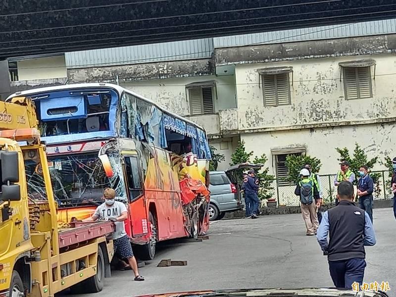 宜蘭檢警調查小組今天勘驗蘇花撞山遊覽車,傳出發現檔位停在「N」檔,與司機說詞有矛盾。(記者江志雄攝)