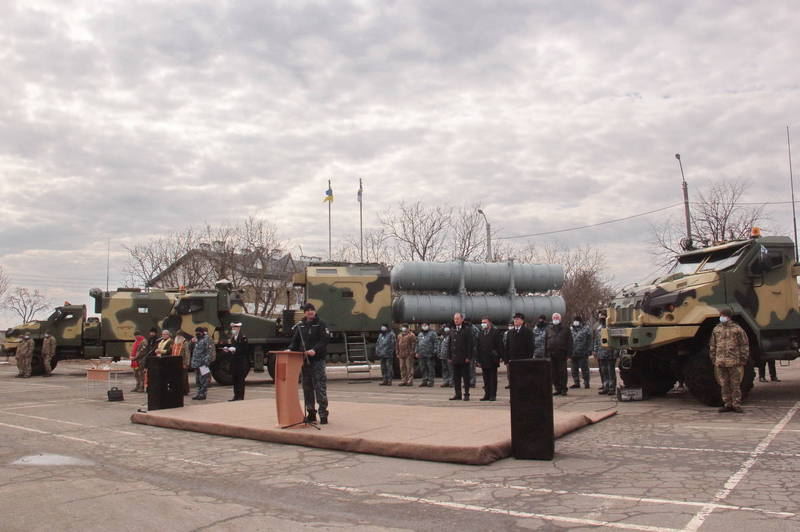 烏克蘭國防部近日宣佈,烏克蘭軍方已經收到了RK-360MT型「海王星」(Neptune)陸基反艦巡弋飛彈原型,圖為交付儀式。(擷取自烏克蘭國防部推特)