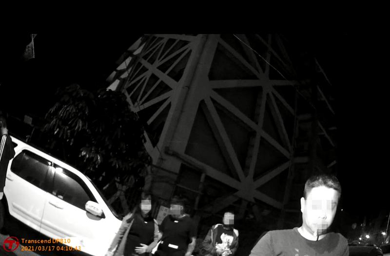 高市鼓山區今晨3點40分許傳聚眾鬥毆事件,尤姓男子1人受傷送醫,警方出動快打部隊追人,漏夜帶回6男、1女。(警方提供)