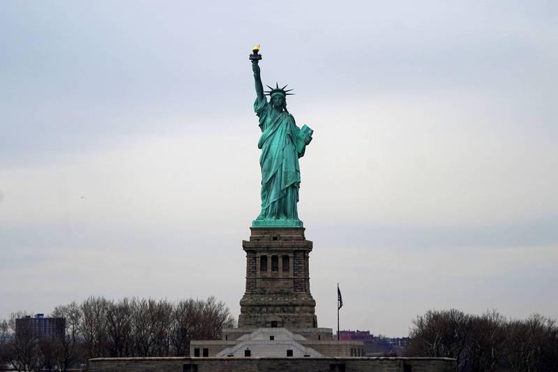 美國紐約州去年頒布新法令,在今年5月1日前禁止驅趕任何租客,導致有名紐約房東無法驅離積欠租金的房客,最後造成房東睡車上,房客卻買新車的局面。圖為紐約自由女神像。(路透)