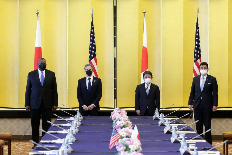 美日2+2會議昨由美國國務卿布林肯(左二)、國防部長奧斯汀(左一),以及日本外務大臣茂木敏充(右二)、防衛大臣岸信夫(右一)與會。 (路透)