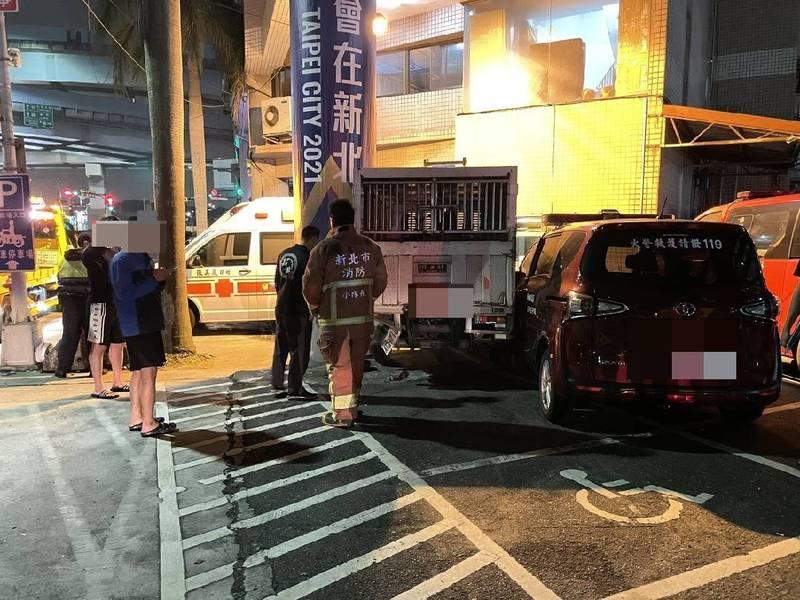 一輛貨車裝撞路邊執勤中的動保處捕犬車,再撞進五股消防分隊波及2輛救護車、1輛勤務車。(記者吳仁捷翻攝)