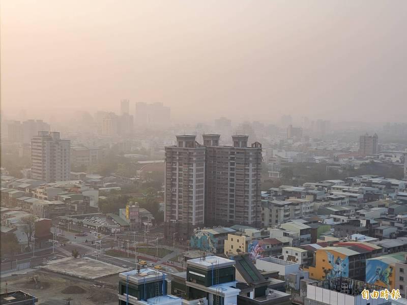高市今早空氣品質不良,11座測站呈現橘、紅色。(記者陳文嬋攝)