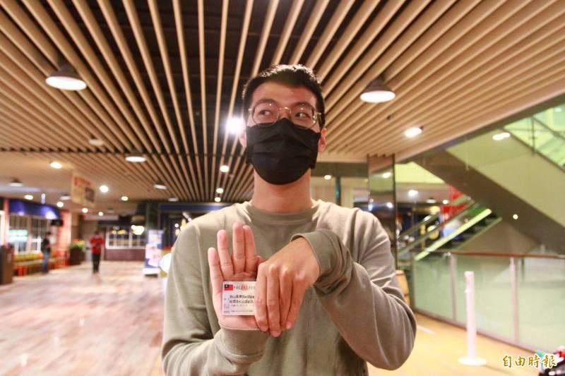 就讀清大研究所的「許山德樂跟紅國魚與綠國魚吃汕頭鮭魚」同學,改名後隨即前往新竹市巨城購物中心壽司店,帶5名同學吃壽司大餐。(記者蔡彰盛攝)