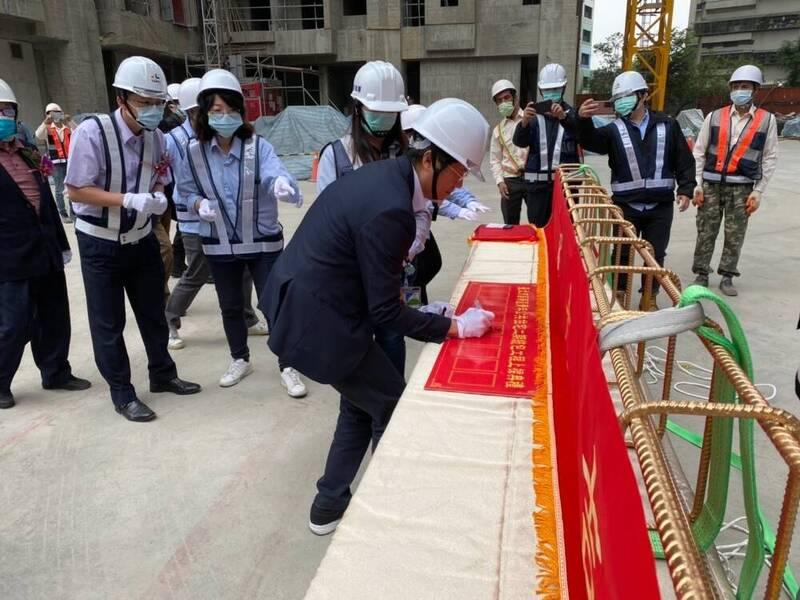 台北市萬華區青年社會住宅二期17日舉行上樑典禮,基地面積7271平方公尺,規劃興建地下3層、地上19層建築物。(台北市都發局提供)