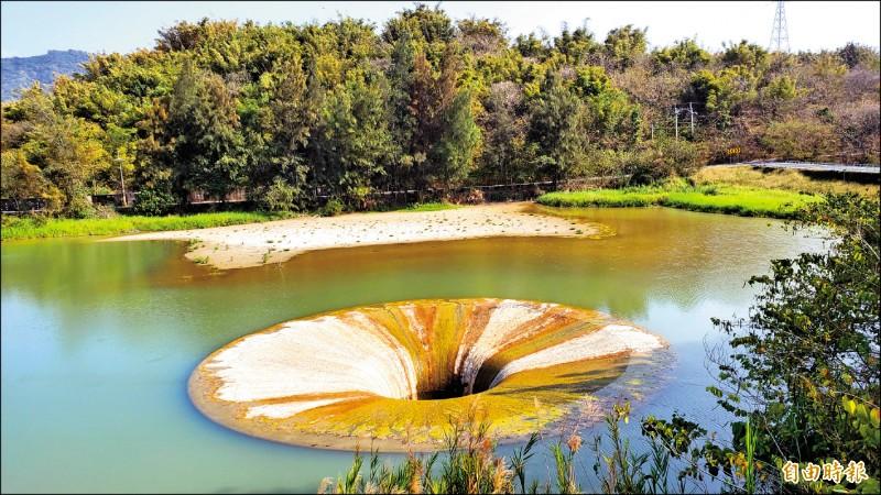 「西口小瑞士」天井漩渦奇觀,因水源不足而乾涸失去活力。(記者張忠義攝)