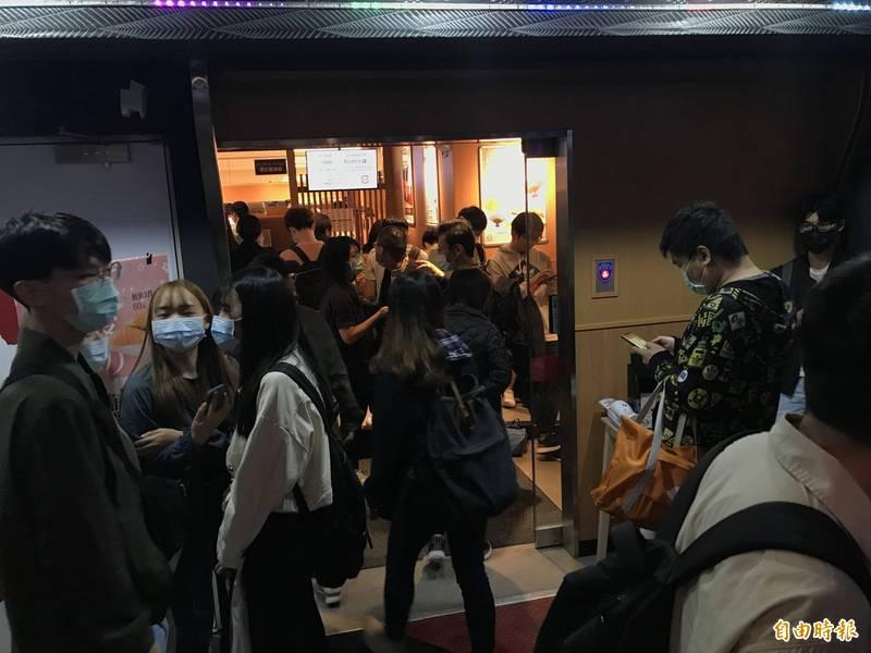 「壽司郎」昨晚湧進近200「鮭魚」先生小姐。圖為昨晚台北分店門口爆滿情形。(資料照)