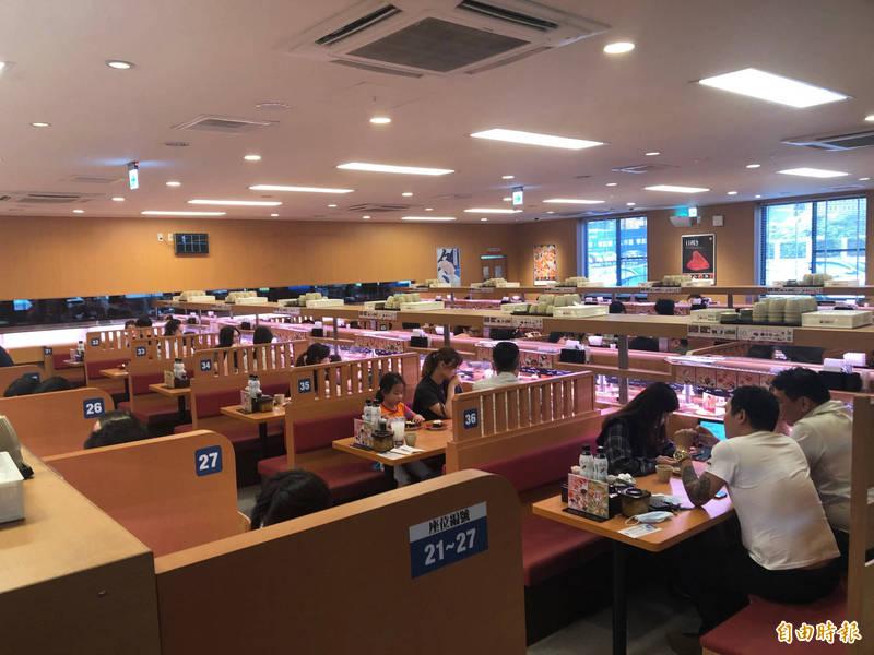 日本迴轉壽司店「壽司郎」17、18日推出活動,只要姓名中有「鮭魚」同音同字者,就可免費用餐。圖為壽司郎台中市的分店。(資料照)