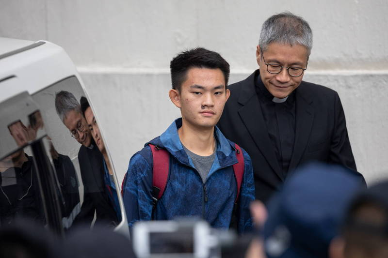 涉嫌在台殺害女友的香港男子陳同佳至今仍未歸案。陸委會主委邱太三今日呼籲香港政府針對個案,重新簽署個案式司法互助,讓嫌犯繩之以法。右為香港聖公會牧師管浩鳴。(歐新社資料照)