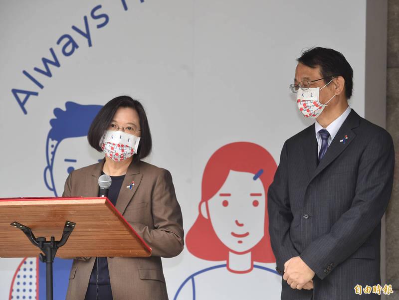 總統蔡英文(左)今日表示,因為疫情關係,現在很多國家都搶著要台灣的晶片,這證明台灣的經濟轉型,已經讓台灣在全球供應鏈當中,占有關鍵的位置。(記者劉信德攝)
