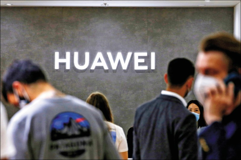 中國打算在美中會談中要求美方撤銷前總統川普實施的對中制裁措施,包括對華為等中國企業的銷售限制。圖為去年九月柏林國際電子消費品展上華為公司的企業識別標誌。(路透檔案照)