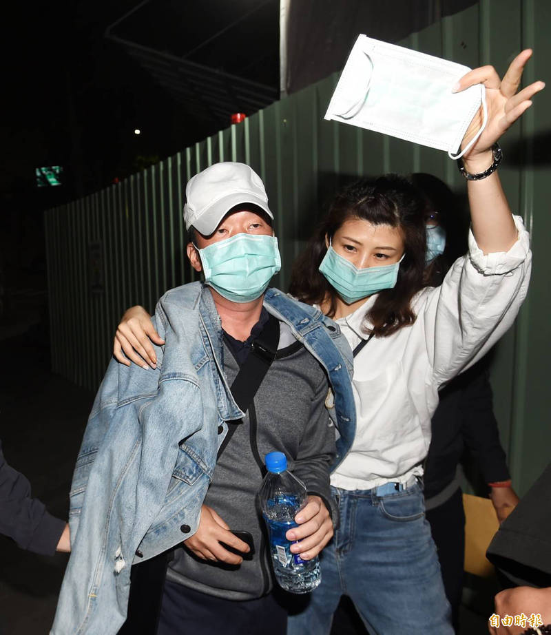 邱明宏(左)今天凌晨被移送北檢複訊,訊後被諭令200萬元交保。(記者方賓照攝)